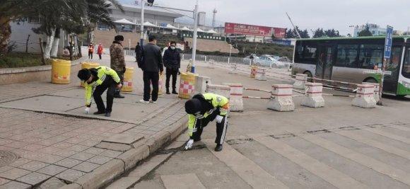 宣威百余名交警强力整治城区静态交