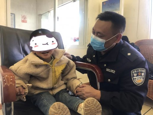 """宣威3岁萌娃走失 辅警变身""""奶爸"""""""