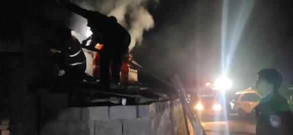 宣威文兴一民房深夜起火,民警冒险