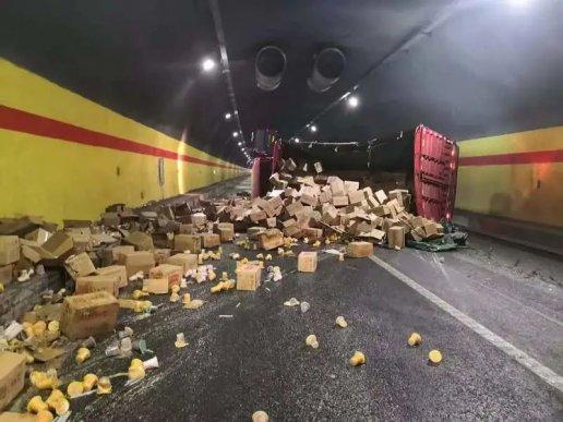 一大货车侧翻宣威普立隧道内,货物