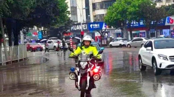 """2021年的第一场雨""""浇警""""与你如约而"""