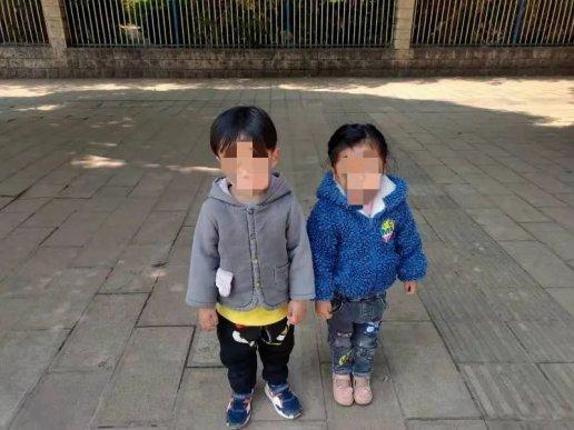 宣威一双胞胎跟着妈妈逛街,然后走