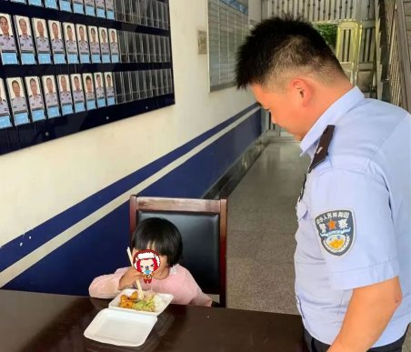宣威一小女孩超市走丢,对警察叔叔说自己饿了