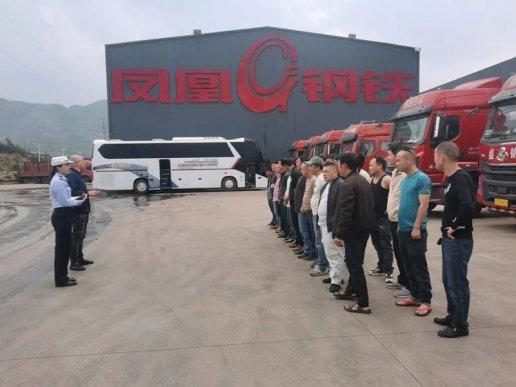 宣威公安交警携交通安全进企业为50余名大货车驾驶