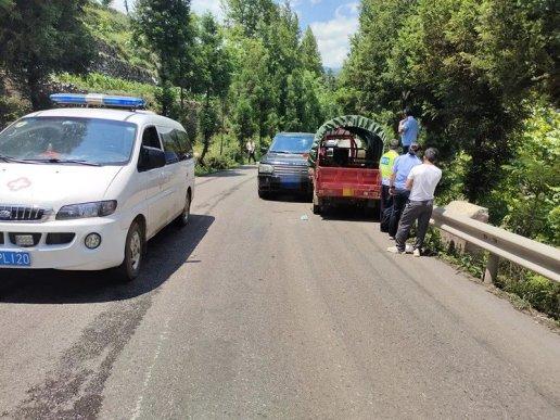 男子被撞出道路护栏 宣威公安交警及时处置化险