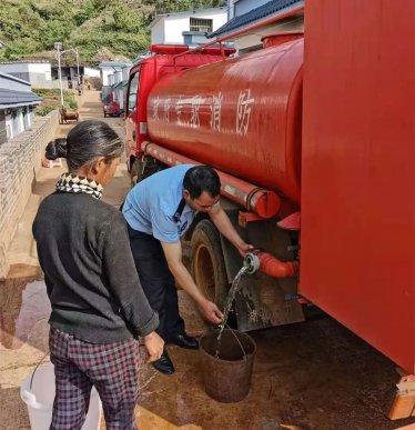 水来啦,水来啦!公安送水来了!