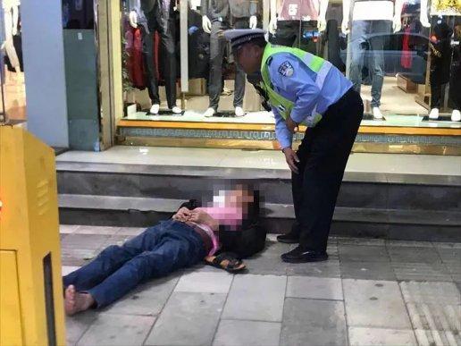 男子在下堡街突然晕倒 宣威骑警及时救助脱险