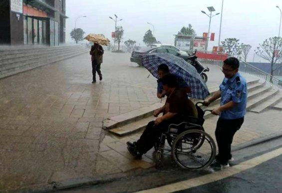 宣威辅警冒雨送残疾老人回家