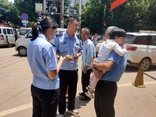 宣威两岁小女孩赶集走丢,民警1小时