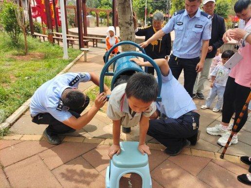 男孩双脚被卡健身器材 民警助其化险