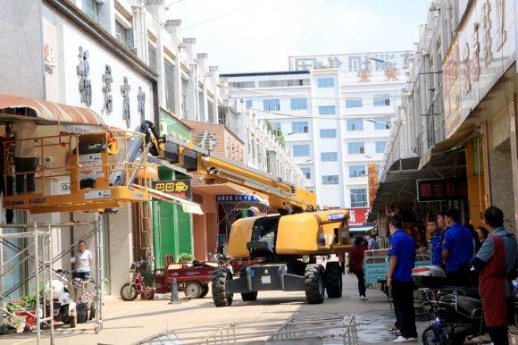 宣威复兴街道:拆除违规广告牌 助力