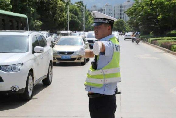 宣威公安交警全力迎战高温天气