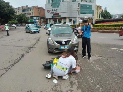 宣威一女子载小孩骑共享单车被撞 小
